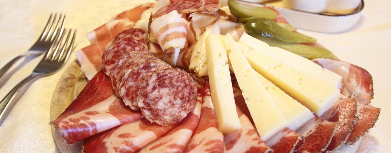 Wir bieten typisch Trentino Aufschnitt und Käse.